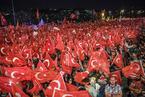 土耳其民众纪念未遂政变两周年 街头国旗飘扬