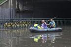北京回龙观城铁桥多车被淹 救援人员划皮艇救援