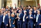 马克龙接见夺冠法国队 与队员共捧大力神杯欢庆