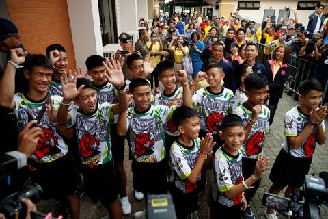 当地时间2018年7月18日,泰国清莱,曾受困清莱岩洞的12名少年足队球员和他们的教练出院后出席记者会。在当天的记者会上和媒体分享了他们被困在洞穴中的生活细节,他们每天坚持做的一件事情就是轮流挖洞。图/视觉中国