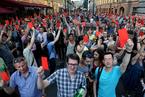 """俄民众""""亮红牌"""" 抗议政府计划延长退休年龄"""