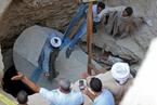 埃及考古人员开启巨型黑色石棺 出土三具木乃伊