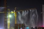 郑州工地塔吊喷淋抑制扬尘 水雾弥漫似仙境