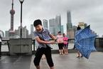 """台风""""安比"""" 登陆上海崇明岛 市民风雨中出行"""