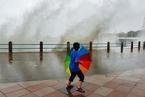 """台风""""安比""""过境青岛 沿海掀大浪"""