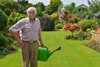 英国75岁老人40年花6万小时 打造英国最美后花园