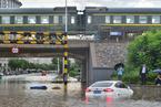北京暴雨导致通州一铁路桥下积水严重 车辆被困