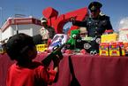控枪从娃娃抓起 墨西哥军方用玩具交换玩具枪