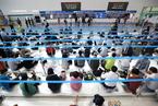 韩国中秋节火车票开始预售 民众熬夜打地铺买票