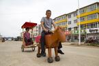 吉林永吉县老人自制电动马车 大人小孩争抢试坐