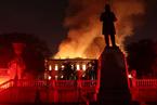 巴西国家博物馆发生火灾 现场火势十分凶猛