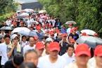 云南漾濞千人徒步 纪念滇缅公路通车80周年