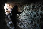 伊德利卜争夺战一触即发 叙平民凿洞穴躲避空袭