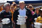 特朗普赴卡罗莱纳视察灾情 亲自为灾民发盒饭