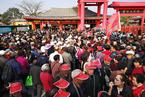 重阳节长者免票 数万老人挤爆开封清明上河园