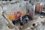 庞贝古城精美壁画遗迹出土 工作人员展开修复