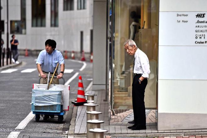 """日本老龄化严重 """"银发""""上班族遍布东京街头"""
