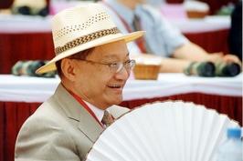 武侠小说泰斗金庸逝世 民众燃烛悼念