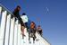 大篷车移民抵达美墨边境 攀爬边境墙眺望美国