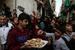 以色列国防部长辞职 巴勒斯坦人街头发糖果庆祝