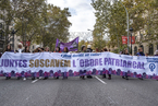 国际反家庭暴力日:世界多地女性走上街头游行