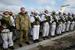 乌克兰伞兵奔赴东部执行任务 总统波罗申科送行