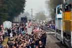 送老布什最后一程的火车启程 美国民众沿途送别