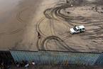 中美洲移民滞留边境 为入境爬墙挖洞想尽办法