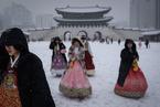 首尔迎来降雪 游客穿韩服游景福宫