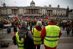 """英议会将就脱欧协议投票 民众穿""""黄背心""""示威"""
