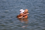 澳大利亚民众遭遇40度高温 海滩泡澡解暑