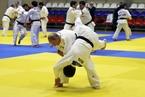 普京与国家柔道队选手过招 实力抱摔对手