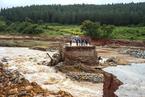 洪水暴涨冲垮桥梁 强热带气旋袭击津巴布韦