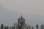 韩国再遭雾霾侵袭 志愿者在光化门广场清扫路面