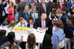 白宫举办复活节活动 特朗普向萌娃秀画技