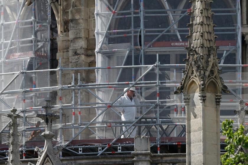 吉林市夜巴黎_巴黎圣母院灾后抗风能力减弱 外围加固防水罩_图片频道_财新网