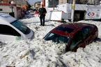 墨西哥遭遇强冰雹袭击 汽车被埋房屋受损