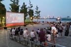 武漢播放露天電影 觀眾不同年代共乘風涼