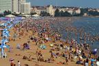高温天气来袭 多地海滨浴场游人如潮