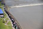 数万游客齐聚海宁盐官 观看八月十八钱江潮