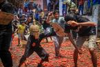 """印尼举办传统""""番茄大战"""" 解决富余的番茄"""