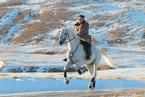 迎着长白山第一场雪 金正恩骑白马登上白头山