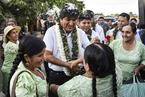 玻利维亚举行全国大选 选民投票站迎接莫拉莱斯