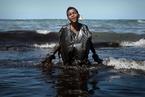 巴西原油泄漏清理持續 志愿者身布黑油