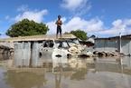 世界多地遭遇洪水侵襲 民眾涉水出行