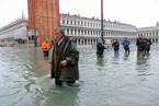 威尼斯遭暴雨侵袭 洪水倒灌圣马可大教堂