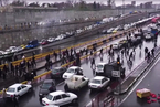 伊朗上调油价引发多地抗议 加油站被烧空