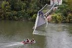 法国一吊桥发生坍塌事故 或因过桥卡车超重