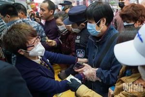 广州一药店市民抢购口罩引发混乱 药店被迫停业