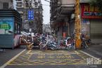 """弃置共享单车""""再就业"""" 在武汉街头成""""封路神器"""""""